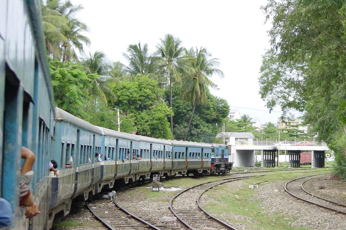 Поезд в Мьянме